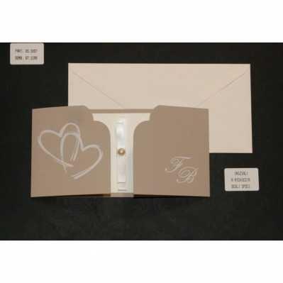Partecipazione cartoncino tortora con cuori a rilievo e interno avorio chiaro con applicazione nastr