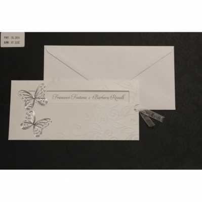 Partecipazione cartoncino bianco satinato con disegni a rilievo e applicazioni farfalle
