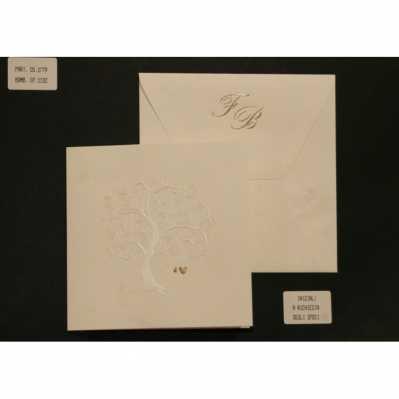 Partecipazione cartoncino avorio chiaro con interno decorazione a rilievo madreperlata e cuoricini