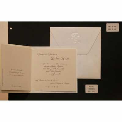 Partecipazione cartoncino satinato con disegni a rilievo, interno carta avorio