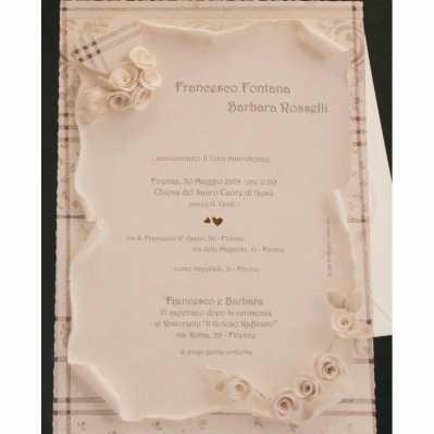 Partecipazione cartoncino formato poster colore neutro e disegni floreali con cuoricini in oro