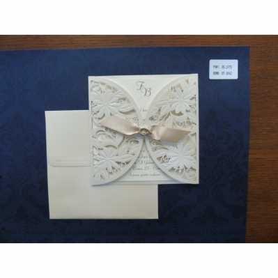 Partecipazione in cartoncino lavorato bianco opaco, con applicazione interna argento a rilievo