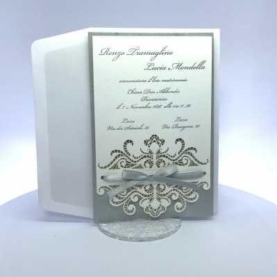 Partecipazione di nozze rettangolare in carta bianca e argento perlato