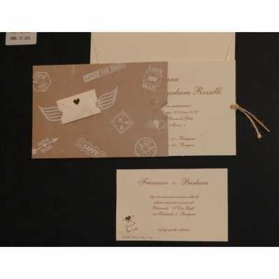 Partecipazione cartoncino setificato tortora con stampe e rilievo, interno carta avorio con cordonci