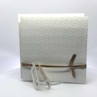 Partecipazione di nozze quadrata bianca con foglie a secco e nastro nocciola