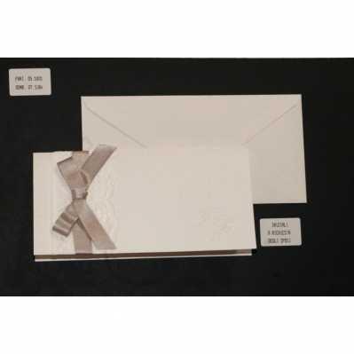 Partecipazione cartoncino avorio chiaro perlato con interno avorio più pizzo e nastro raso