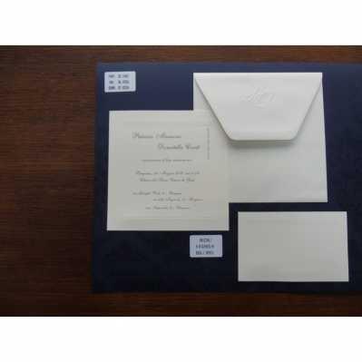 Partecipazione a vassoio in cartoncino avorio chiaro con cornice in rilievo a secco