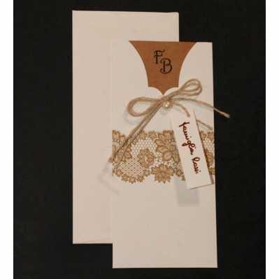 Partecipazione cartoncino avorio con disegno di pizzo, interno e applicazione fiocco di corda
