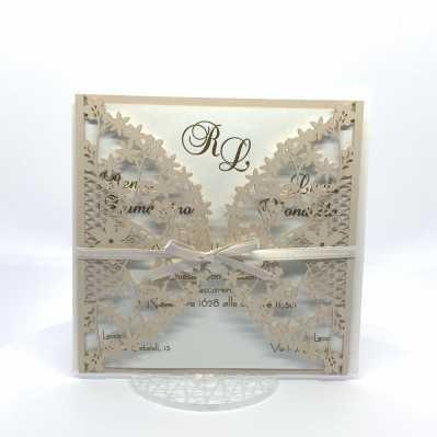 Partecipazione di matrimonio quadrata cipria con decori floreali a taglio laser
