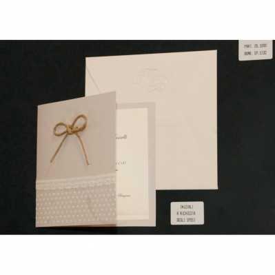 Partecipazione cartoncino neutro con cuori in rilievo e interno avorio. Applicazione merletto