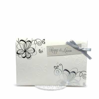 Partecipazione di nozze rettangolare con decori floreali a caldo argento ed in rilievo a secco