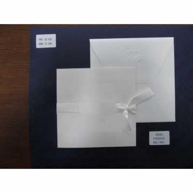 Partecipazione in cartoncino avorio chiaro, effetto seta con decori stampati lucidi, ed applicazioni