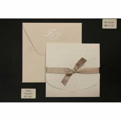 Partecipazione cartoncino setificato con pois a rilievo, interno avorio e nastro in raso