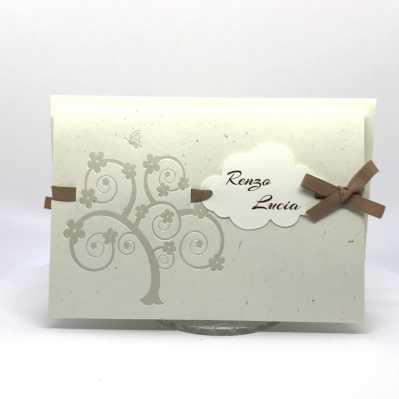 Partecipazione di nozze carta tipo riciclata con nomi in nuvoletta e nastro nocciola
