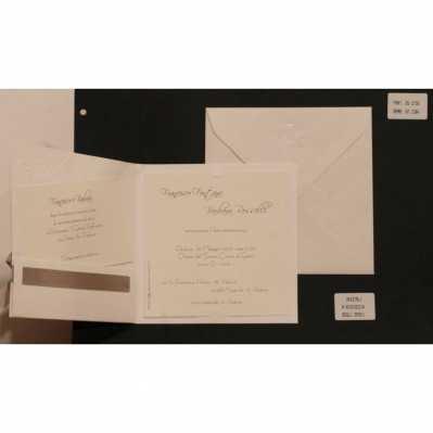 Partecipazione cartoncino avorio chiaro con disegno, interno avorio e applicazione nastro in raso