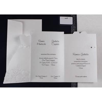 Partecipazione pieghevole con sagoma abito sposa e sposo