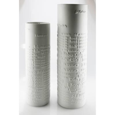 Vaso in porcellana con scritte in rilievo