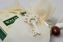 Chiave portafortuna in ceramica bianca