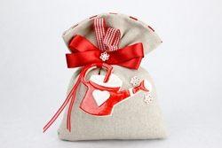 Saccoccino in tela con fiocco rosso e ciondolo teiera in ceramica