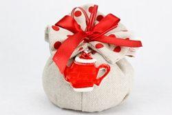 Fagottino in tela con fiocco rosso e ciondolo teiera in ceramica