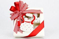 Scatola degustazione confetti con coccarda rossa e accessorio in ceramica