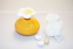Ampolla rotonda in porcellana con fiore