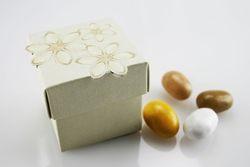 Scatola in cartoncino con fiorellini beige