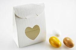 Scatola in cartoncino con intaglio a cuore