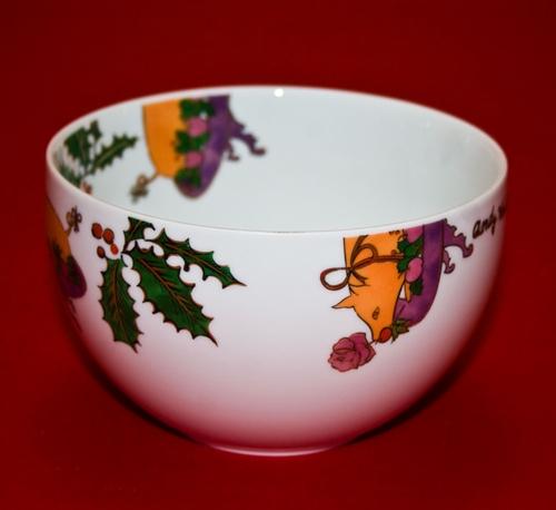 Coppa in porcellana con decorazioni natalizie