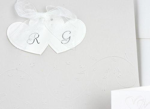 Partecipazione di nozze cuori e fiocchetto