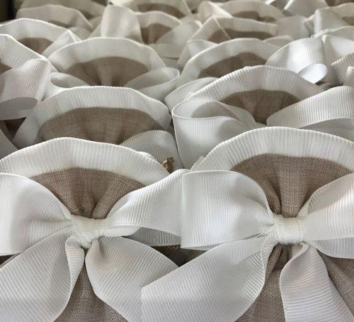 Sacchetto in tela con bordo bianco e nastro rigatino
