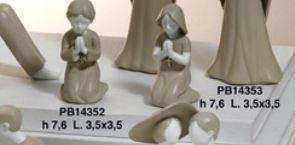 Bimba in preghiera in resina colore grigio - Mandorle