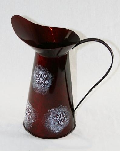 Caraffa rossa con fiocchi di neve