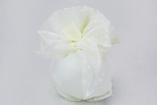 Fagottino portaconfetti in organza avorio con pois bianchi