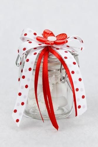 Barattolino in vetro portaconfetti con coccarda e margherita