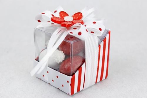 Scatolina quadrata in pvc e cartoncino a pois rossi con coccarda bianca