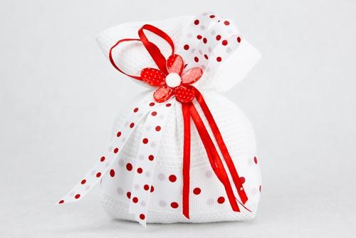 Sacchetto in tessuto a nido d'ape con margherita rossa a pois bianchi