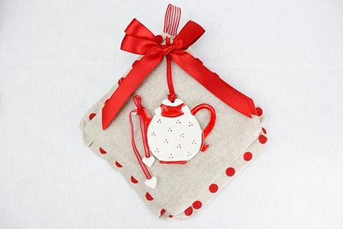Presina in tela con fiocco rosso e accessorio teiera in ceramica