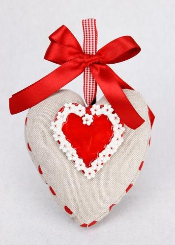 Cuscinetto in tela a forma di cuore con accessorio in ceramica