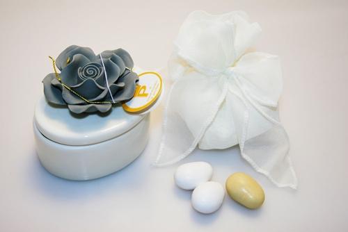 Scatolina ovale in porcellana con fiore